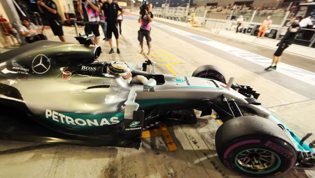 Hamilton sonríe ante la cercanía de Ferrari y Red Bull con Rosberg