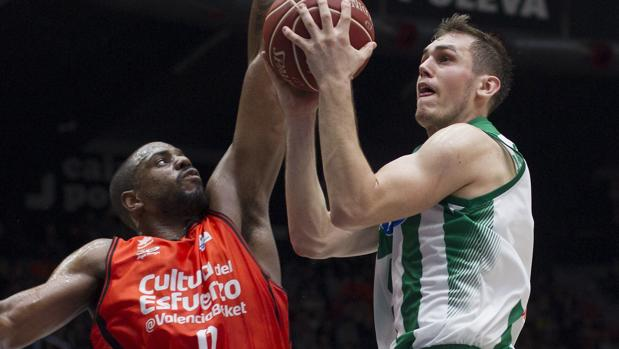 El base serbio del Betis Nikola Radicevic intenta anotar ante el georgiano del Valencia Basket, Will Thomas