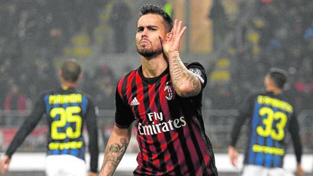 Suso celebra uno de sus goles en el derbi ante el Inter
