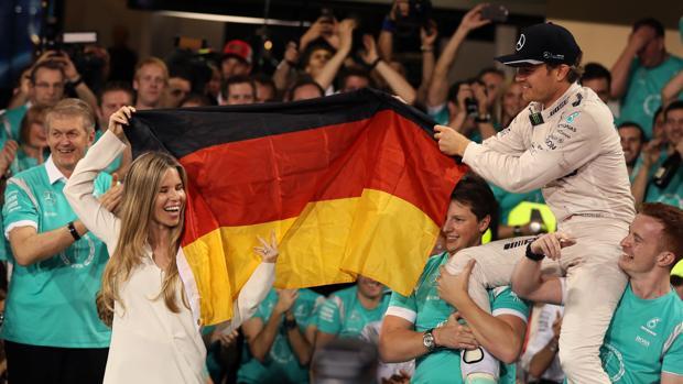 Nico Rosberg celebra su título mundial junto a su mujer y el equipo Mercedes