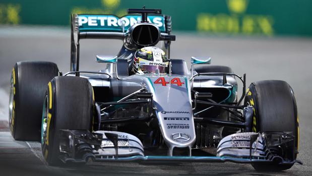 Hamilton se baja del Mercedes en Abu Dabi