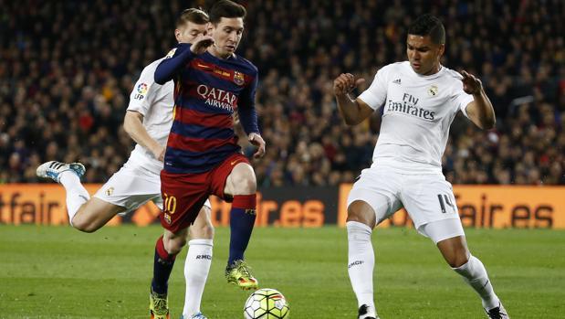 Messi trata de irse de Kroos y Casemiro en el clásico de la temporada 2015-16