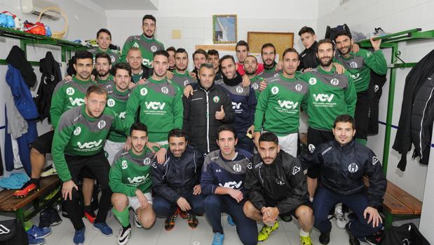 La plantilla del Atlético Mancha Real, en su vestuario