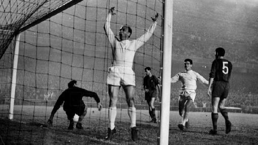 Di Stefano celebra un gol en un clásico de 1960 correspondiente a la Copa de Europa