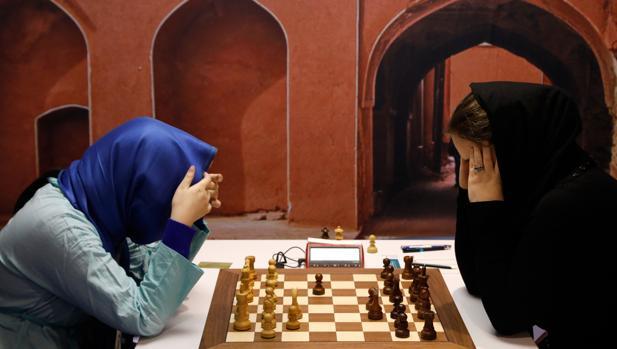 La china Tan Zhongyi y la estadounidense Foisor Sabina, en el Mundial femenino de ajedrez en Teherán