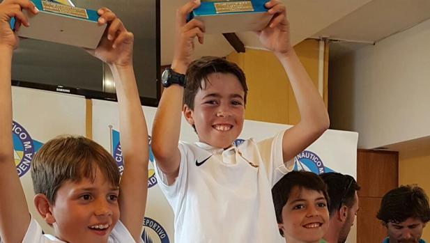 Luis García Escolano, al centro, en el podio sub 13