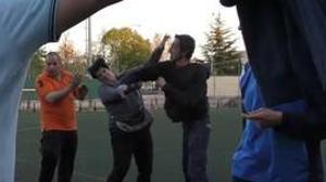 Un hombre golpea a una mujer durante la pelea