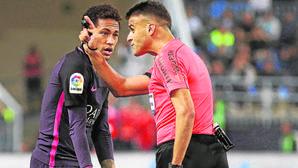 Neymar le explica a Gil Manzano que se estaba atando las botas tras ver la tarjeta amarilla