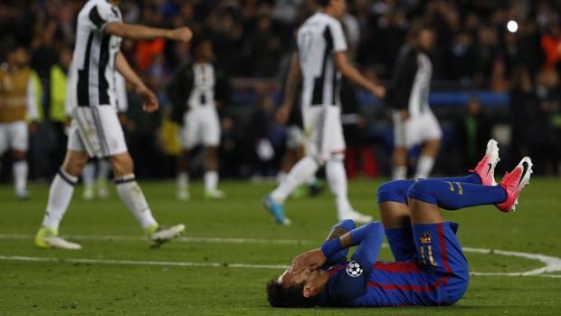 Neymar se lamenta en el suelo tras caerr eliminado de la Champions ante la Juventus