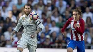 Sergio Ramos y Griezmann, durante el último derbi