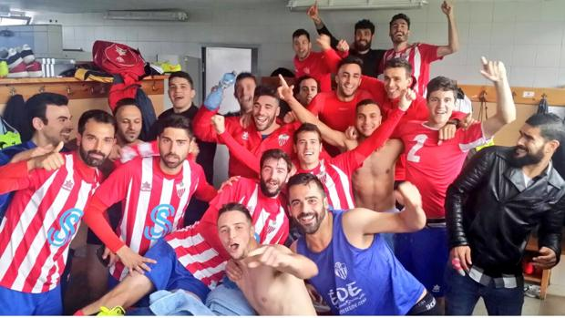 Los jugadores del Cerceda celebran la clasificación para el playoff