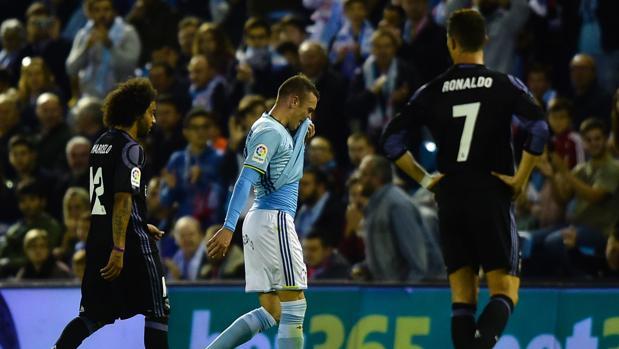 Iago Aspas abandona el terreno de juego tras ser expulsado en el último partido contra el Real Madrid.