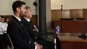 Leo Messi y padre, Jorge Messi, el pasado junio, durante el juicio por tres delitos fiscales en la Audiencia Provincial de Barcelona