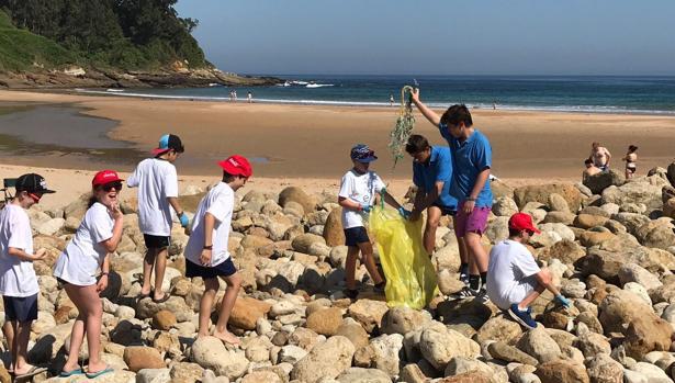 Ecomar y Coca-Cola recogieron 223 kilos de residuos en la playa de Luaña