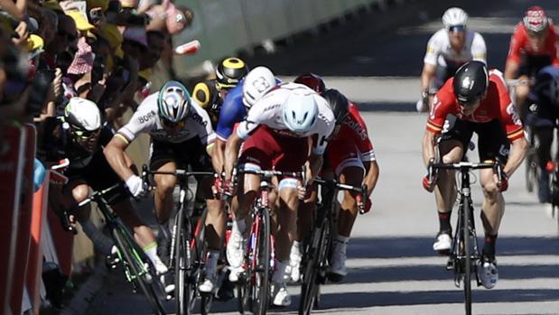 Peter Sagan fue expulsado del Tour después de derribar de un codazo a Mark Cavendish