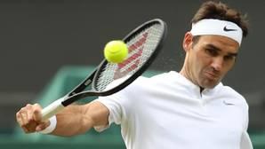 Federer golpea de revés ante Raonic