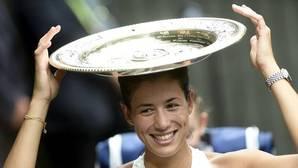 Muguruza, con el trofeo de Wimbledon