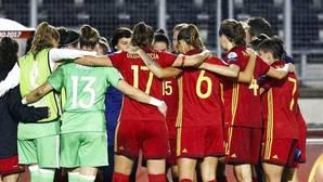 Las jugadoras de la selección española de fútbol, al término del segundo partido de la fase de grupos de la Eurocopa Femenina 2017 ante Inglaterra disputado esta noche en el Rat Verlegh Stadion de Breda, en Holanda