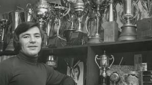 Febrero de 1972. Ángel Nieto en su casa ante algunos de sus trofeos