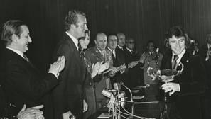 El Rey Juan Carlos, con Ángel Nieto en la entrega de los Premios Nacionales del Deporte de 1972