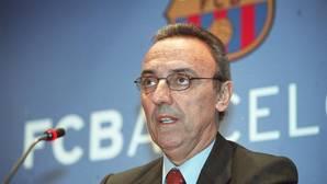 Joan Gaspart durante una rueda de prensa con el escudo del Bacelona de fondo