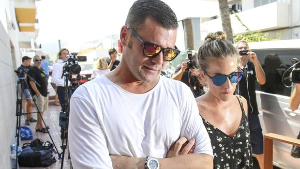 Fonsi Nieto junto a su mujer a la llegada al velatorio de su tío Ángel Nieto