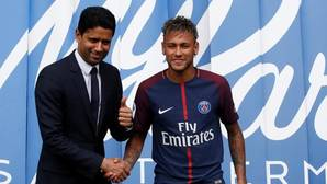 Nasser al Khelaifi y Neymar, durante la presentación del brasileño