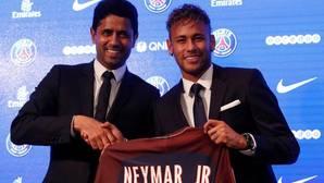 Neymar posa con Nasser Al-Khelaifi durante su presentación como nuevo jugador del PSG