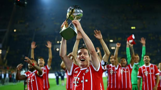 Los jugadores del Bayern celebran la conquista de la Supercopa alemana