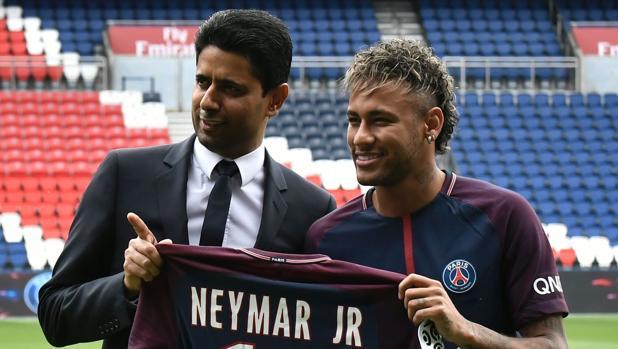 Nasser Al Khelaifi y Neymar, en la presentación del brasileño