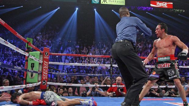 Juan Manuel Márquez (d) conecta un golpe noqueador a Manny Pacquiao (i)