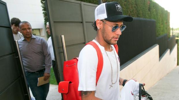 Neymar abandona su casa de Barcelona junto a su padre