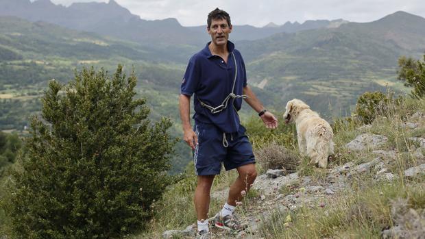 Billabona pasea con su perro por Hoz de Jaca