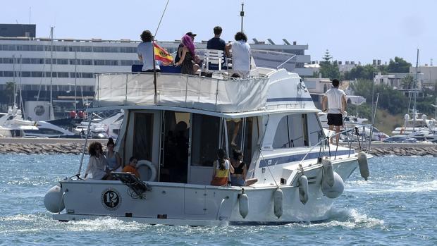 La familia de Ángel Nieto navega para esparcir sus cenizas