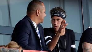 Neymar y su padre en el palco del Parque de los Príncipes