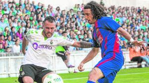 Jugadores del Racing de Santander y el Barcelona B disputan un balón
