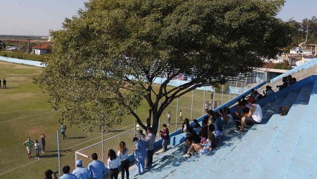Aficionados del Resistencia junto al árbol que preside una de las gradas del estadio