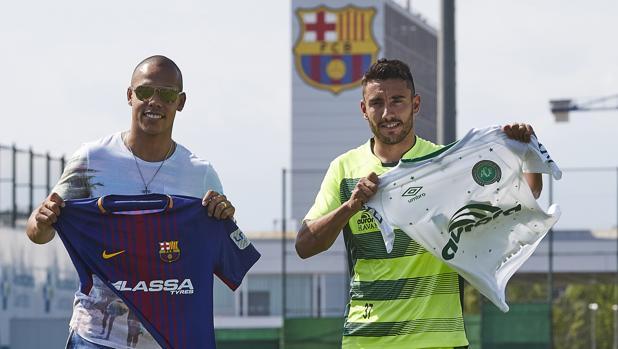 Alan Ruschel (der), junto a Ferrao, jugador del Barcelona de fútbol sala