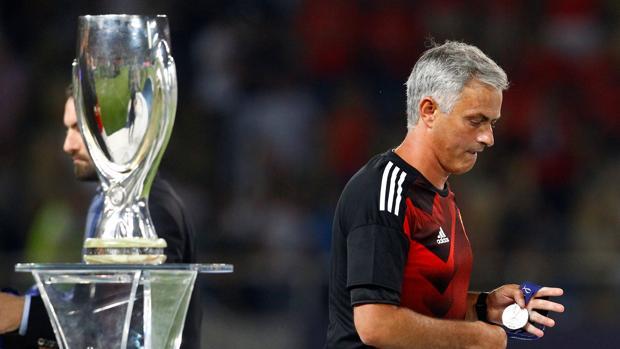 Real Madrid-Manchester United:  Precioso gesto de Mourinho con un joven aficionado del United
