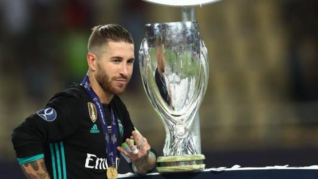 Sergio Ramos posa con el trofeo de la Supercopa de Europa