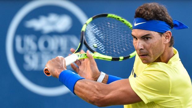 Rafa Nadal devuelve un golpe de Borna Coric en la segunda ronda del torneo de tenis de Montreal