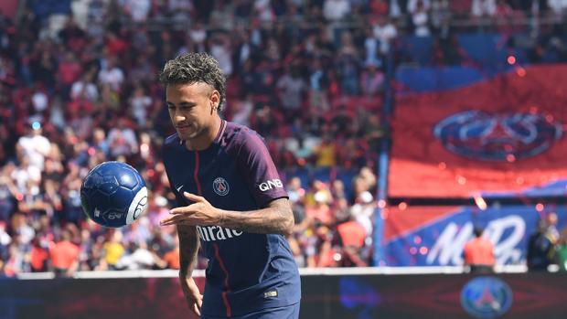 Neymar, durante su presentación en el Parque de los Príncipes