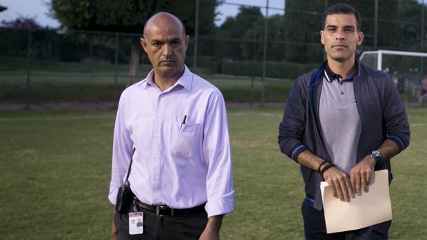 Rafa Márquez, acompañado por un guardia de seguridad