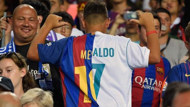 El joven aficionado muestra la extraña camiseta