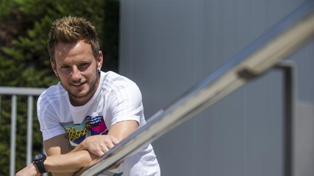 Rakitic posa para ABC en la Ciudad Deportiva del Barcelona