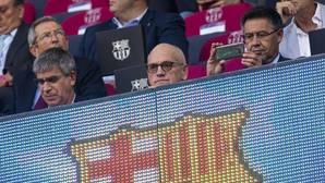 Bartomeu hace una foto con su móvil antes de la ida de la Supercopa de España