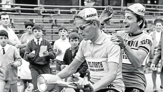 Janssen y Ducasse, en una moto antes de la última etapa de la Vuelta de 1967, que terminó en Bilbao