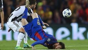 Messi cae al suelo tras una entrada de Dani Alves