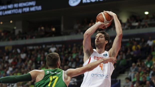 Pau Gasol (d) intenta lanzar el balón ante la oposición del jugador de Lituania Jonas Valanciunas