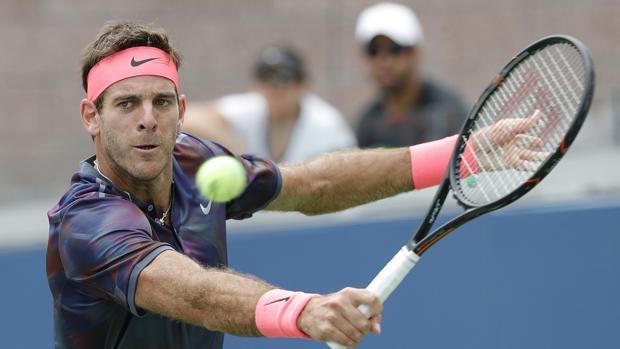 El tenista argentino Juan Martín del Potro devuelve una bola durante el US Open